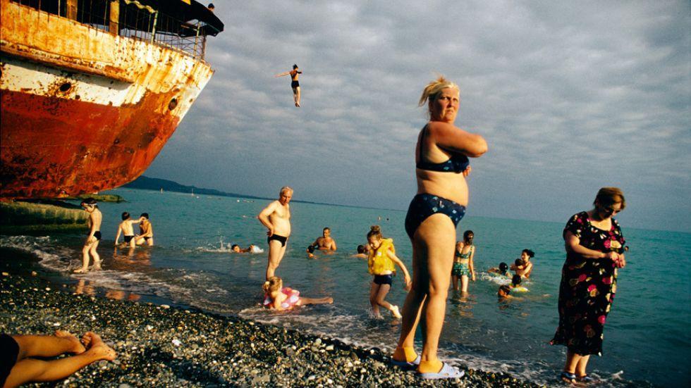 Magnum-Fotografie: 2005, Sochumi, Abchasien/Georgien: Badegäste an der Schwarzmeerküste