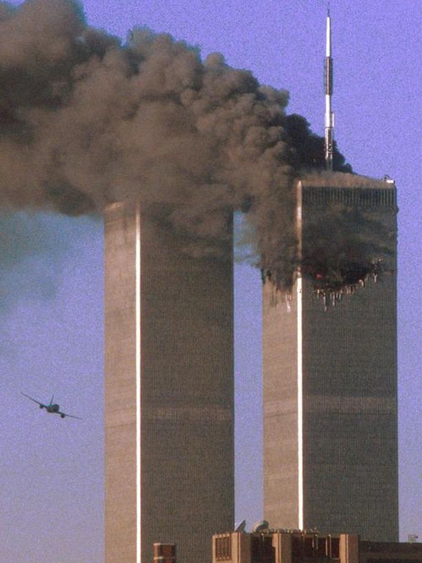 """Im gedruckten ZEITmagazin (Nr. 23/2014) sehen Sie dieses Bild in verschlüsselter Form – nach dem Schema des """"magischen Auges"""". Vielleicht haben Sie darin das Motiv erkannt: Es zeigt die beiden Türme des New Yorker World Trade Centers am 11. September 2001. Die entführte Maschine mit der Flugnummer United Airlines 175 nimmt Anflug auf den Südturm. Der brennende Nordturm wurde kurz zuvor attackiert."""