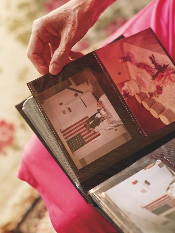 Angie betrachtet ihre Hochzeitfotos. Sie wurde mit Majed nicht glücklich, ständig gab es Streit.