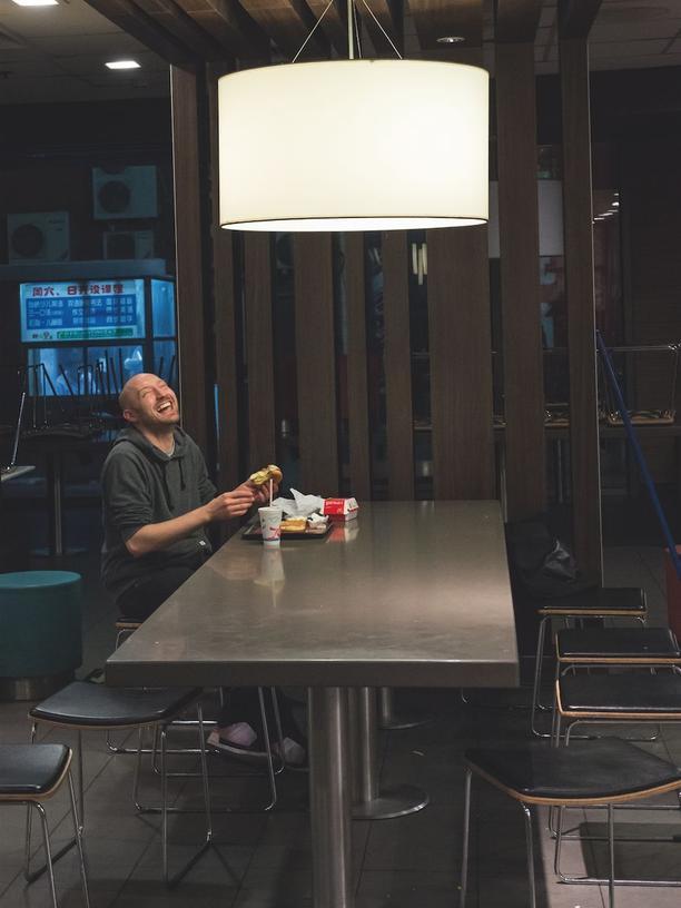 Der Mann ist ständig am Essen. Und Reden. Im McDonald's nach dem Konzert