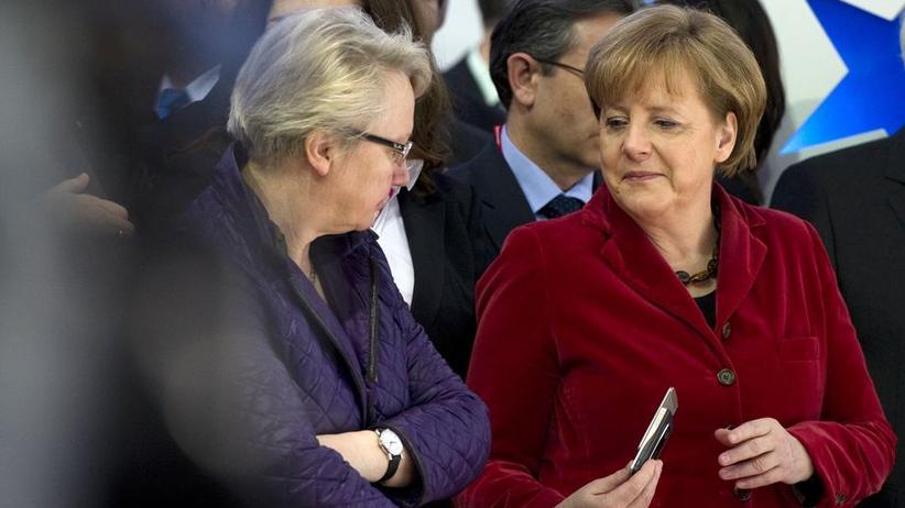 """""""Wie sie mit der linken Hand Annette Schavan am Oberarm antippt, mich mit der rechten an sie weiterreicht."""""""