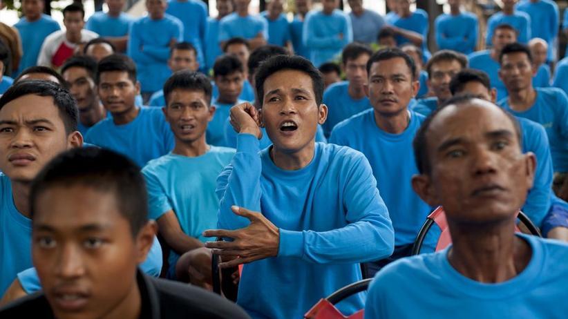 Die Häftlinge im Publikum schließen Wetten ab, ob es einen Knock-out geben wird.