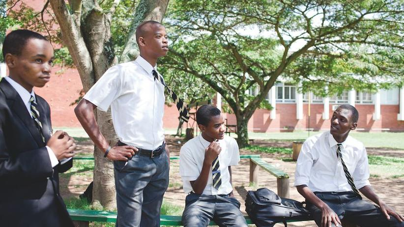 Derselbe Ort, zwanzig Jahre später: Unverändert sind die Krawatten der Schuluniform.