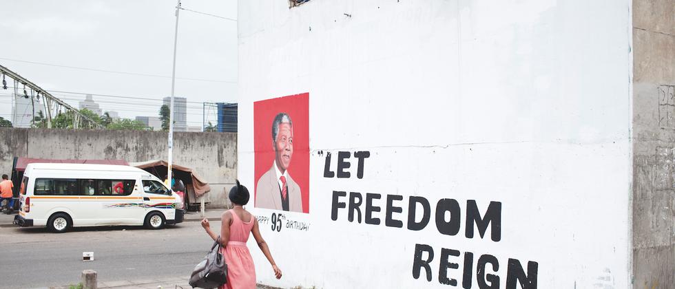 """""""Lasst die Freiheit regieren"""": Mandela-Graffito in der ehemaligen Township Umlazi"""