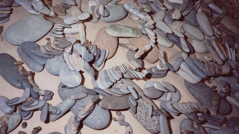 Steine, zu Skulpturen geklebt