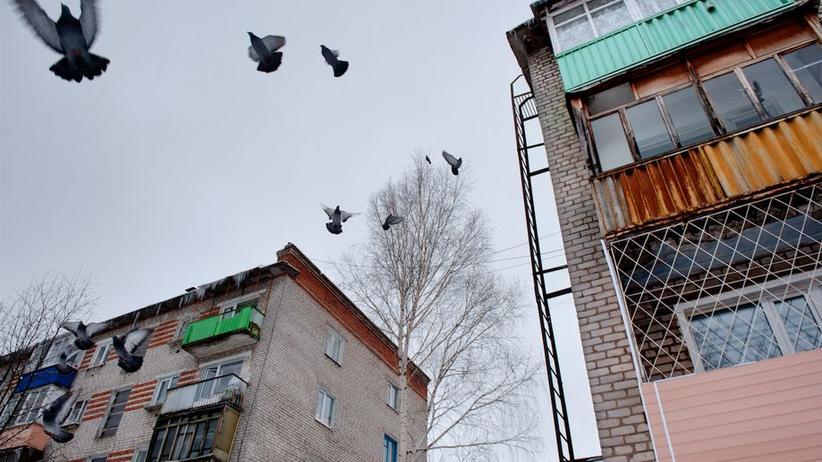 In alten Wohnblocks sucht sich der Mörder seine Opfer, auch hier in Wolschk schlug er zu.