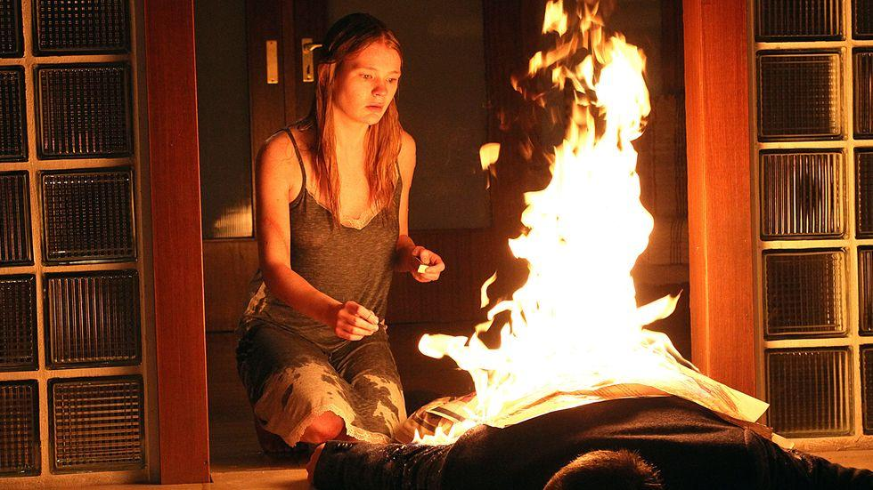 """""""Tatort""""-Kritikerspiegel: Die junge Rebecca (Gro Swantje Kohlhof) kniet vor der brennenden Leiche ihres Entführers."""