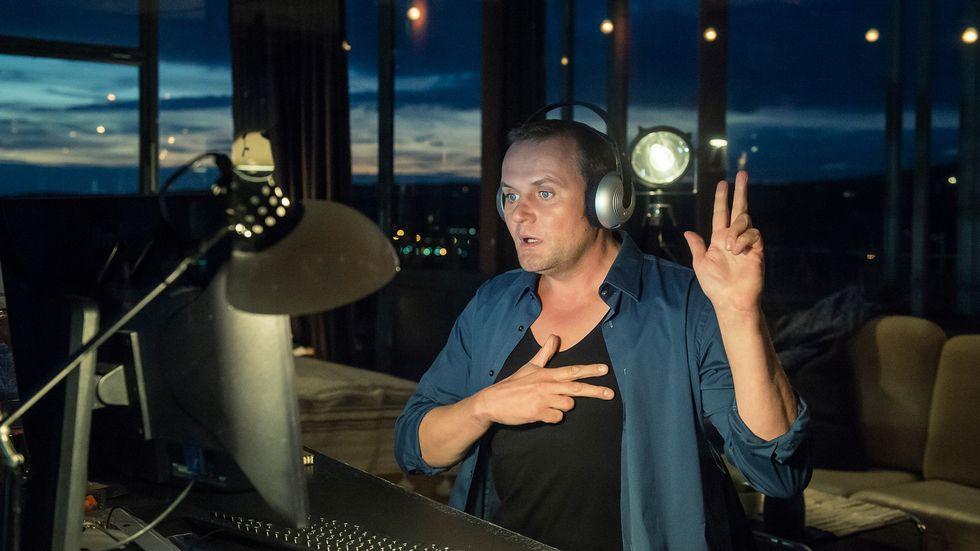 """""""Tatort""""-Kritikerspiegel: Kriminalhauptkommissar Jens Stellbrink (Devid Striesow) lernt am PC Gebärdensprache"""