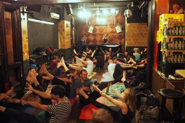 Yoga: In Partnerübungen werden beim Bieryoga Muskeln gedehnt und Flaschen gereicht