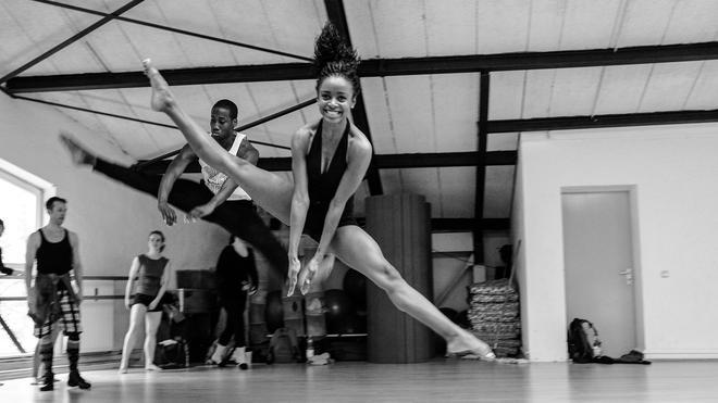Dance: Der Schmerz gehört zum Tanzen wie der große Spiegel an der ...