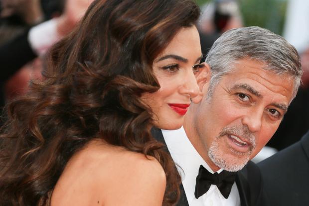 George Clooney : Amal Clooney hat George zum Geburtstag einen Aufsitzrasenmäher geschenkt.