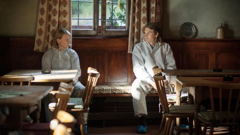 Die Kriminalhauptkommissare Paula Ringelhahn (Dagmar Manzel) und Felix Voss (Fabian Hinrichs) sitzen am Tatort und sprechen über den Fall.