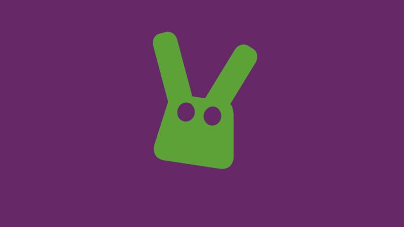 Unter Strom: Mirko Borsche testet ein Computerspiel mit einem grünen Kaninchen