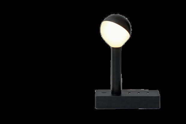 Unter Strom: Mirko Borsche testet eine Schreibtischlampe, die zugleich Ladestation ist
