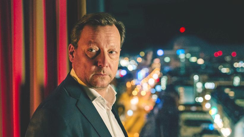 """""""Polizeiruf 110"""": Im Hotelzimmer: Hanns von Meuffels (Matthias Brandt) fühlt sich zunehmend beobachtet."""