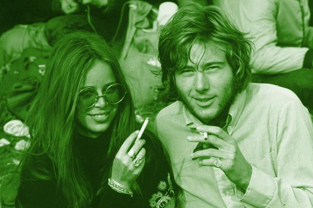 Endlich Vintage!: 28th August 1970:  Friends enjoying a cigarette during the Isle of Wight Pop Festival.  (Photo by Evening Standard/Getty Images)