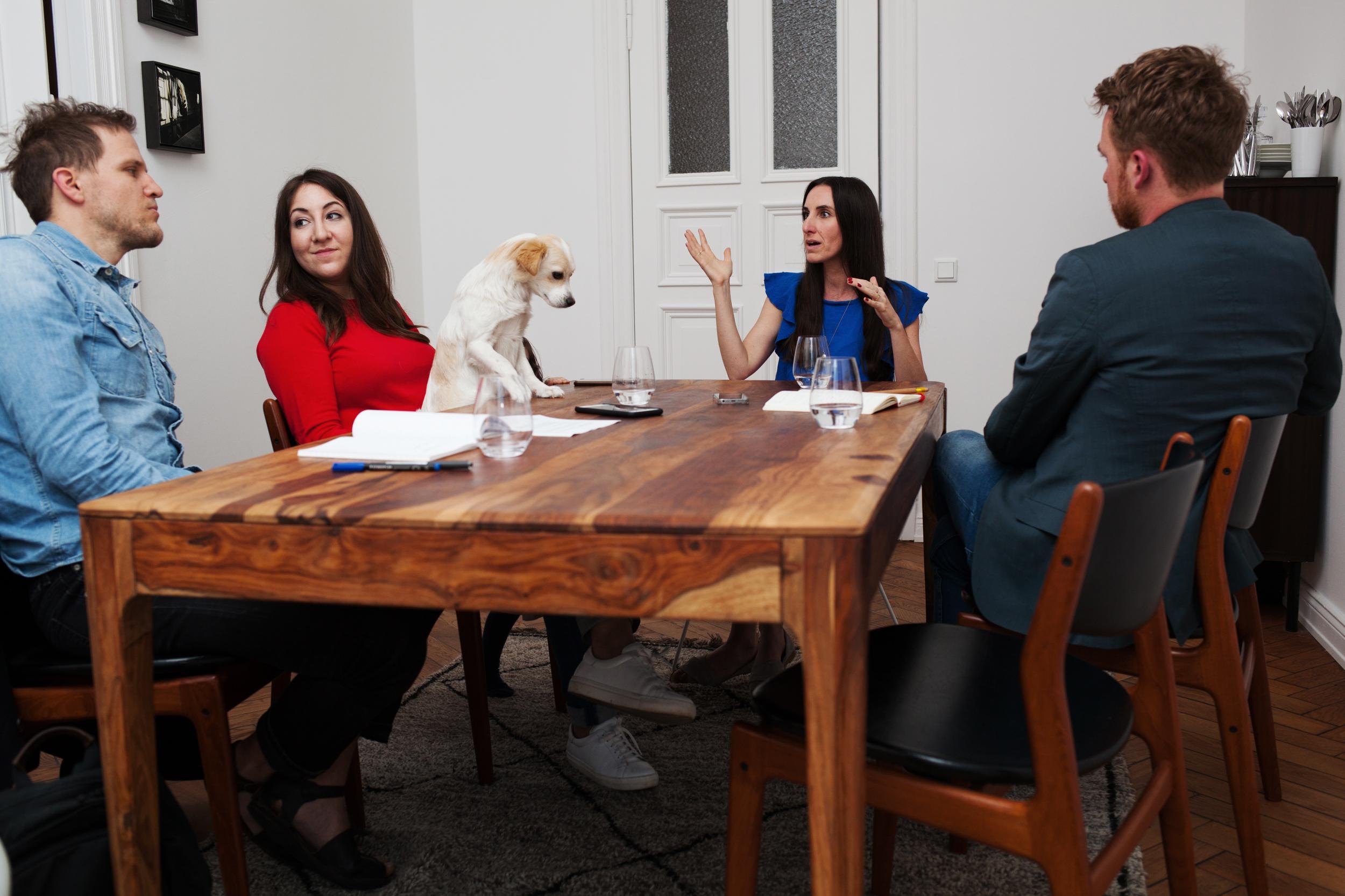 Deborah Feldman und Mirna Funk: Die Autorinnen Deborah Feldman (2. von links) und  Mirna Funk beim Gespräch mit ZEIT ONLINE