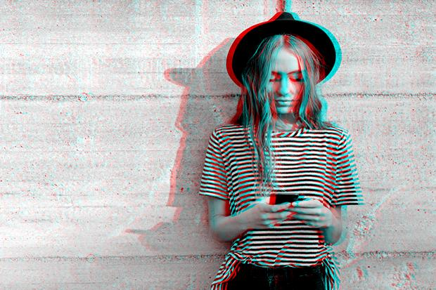 Cyberstalking: Zeitgleich online sein, das ist fast wie nebeneinander auf dem Sofa sitzen. Aber wie kuschelig kann es eigentlich werden mit der ständigen Statuskontrolle am Smartphone?