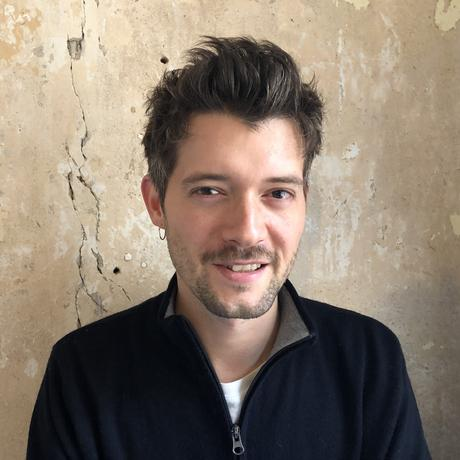 Trauer: Dennis Schmees wurde 1986 in Papenburg geboren. Er studierte Filmwissenschaften und Philosophie und arbeitet seit 2017 im SEO-Team bei ZEIT ONLINE. Er lebt in Berlin.
