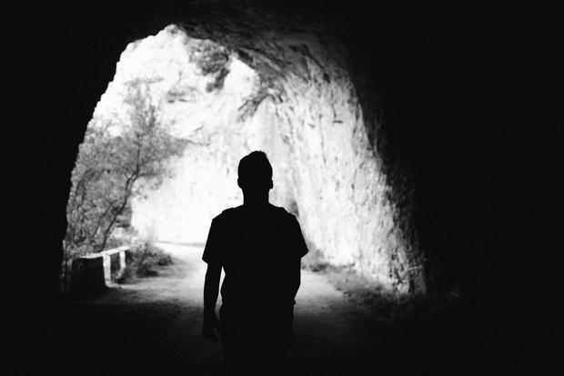 Kindesmissbrauch: Eine Person geht durch einen Tunnel.