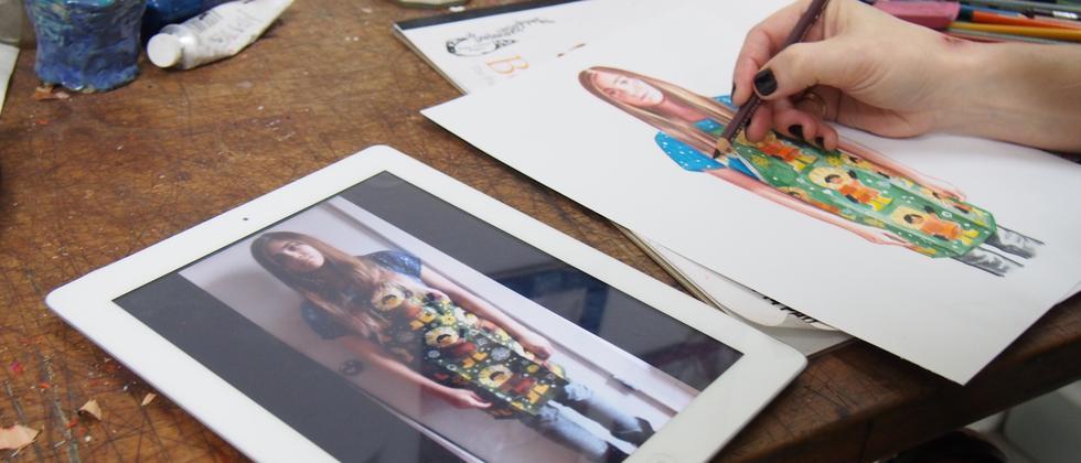 Jenny Williams zeichnet in ihrem Atelier in New York.