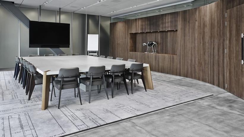 """G-Star: Um den Tisch im Haupthaus stehen die Stuhl-Klassiker """"Standard"""" von Jean Prouvé in neu interpretierter Version"""