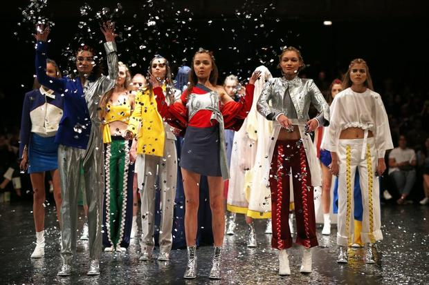 Berlin Fashion Week: Bobby Kolade ließ den Regen glitzern.