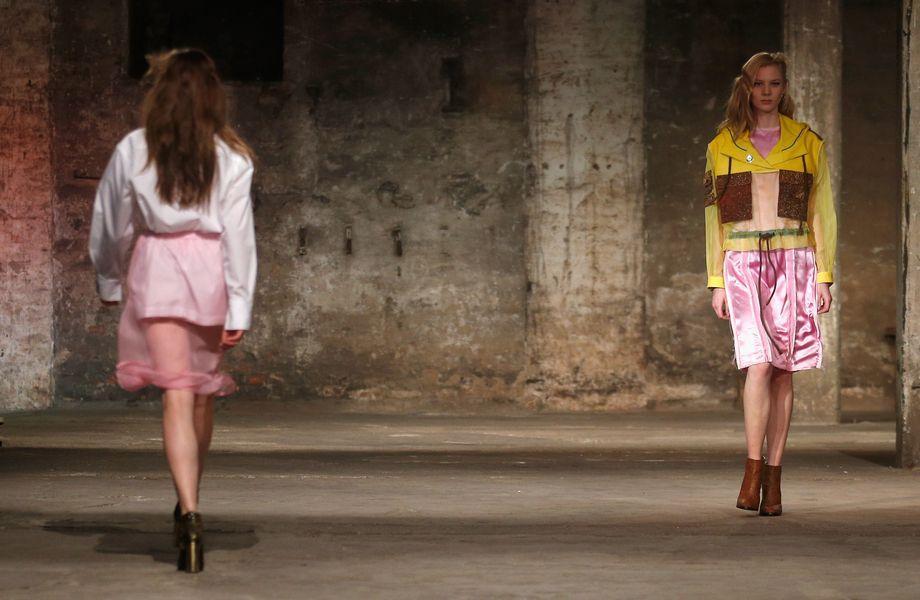 Berlin Fashion Week: Bobby Kolade gehört zu den vielversprechendsten Nachwuchsdesignern. Bei der Fashion Week Berlin im Januar 2015 zeigte er seine Kollektion in der Halle am Berghain.