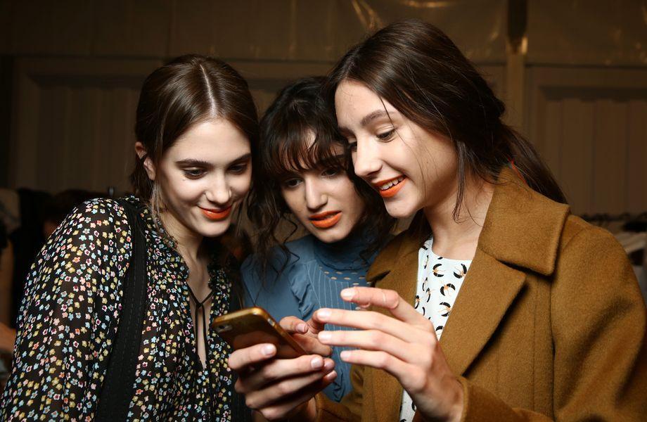 Berlin Fashion Week: Backstage ist es warm: Models von Dorothee Schumacher kurz nach der Schau