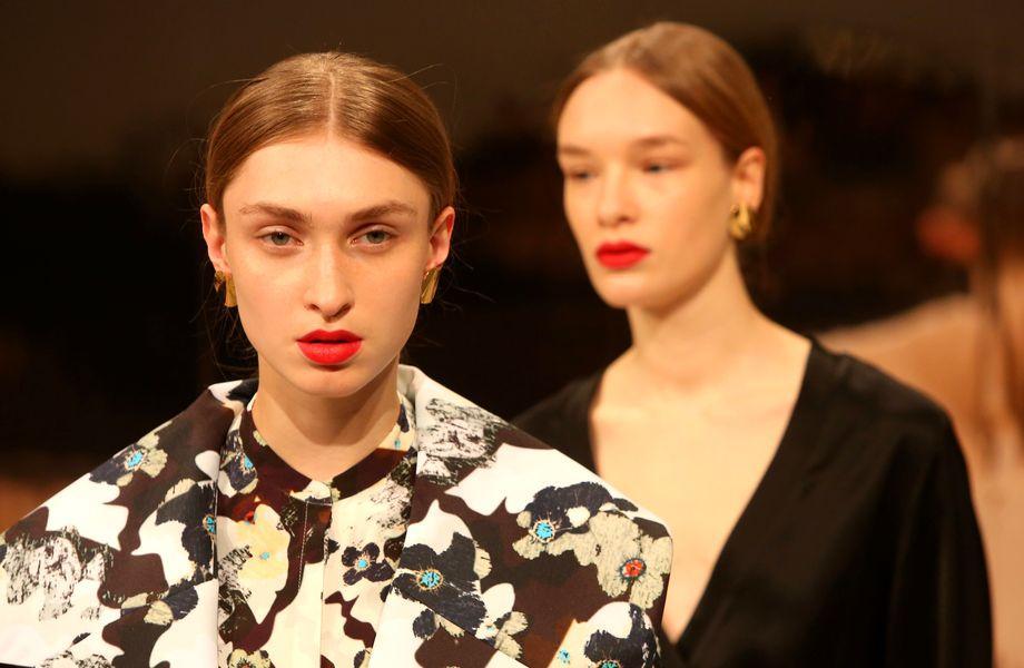 Berlin Fashion Week: Zwei Models präsentieren die Kollektion von Malaikaraiss.