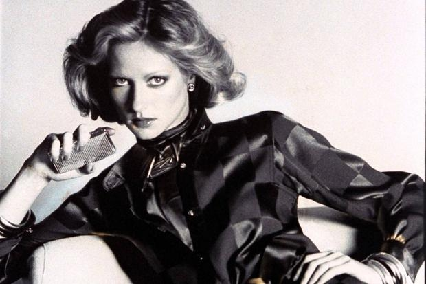 Zigaretten: Das Model Shelley Smith hält in einer Vogue von 1974 ein Zigarettenetui von Whiting & Davis. © Arthur Elgort/Conde Nast/Contour by Getty Images ()