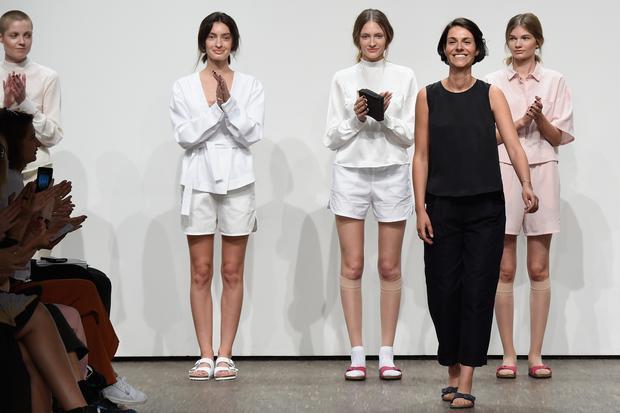 Berlin Fashion Week: Julia Leifert von der Marke Philomena Zanetti tritt nach ihrer Show auf der Berlin Fashion Week im Sommer 2016 auf den Laufsteg.