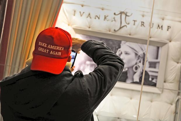 """""""Make America Great Again"""": Diese Mütze wird von einem jungen Mann getragen, der sich die Schmuck-Kollektion von Ivanka Trump im Trump Tower in New York ansieht. Dezember, 2016"""