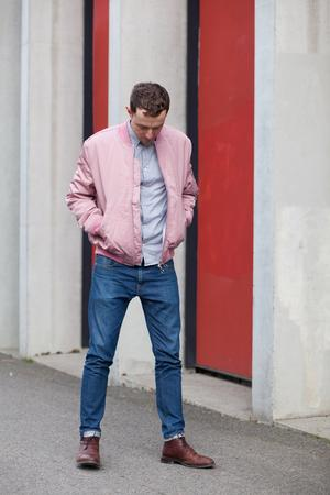 Bomberjacke: Hier trägt unser Model die Thomasson Bomber von Soulland in Pink