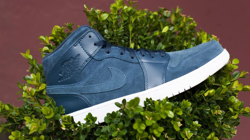 Sneakers: Air Jordan 1 gehört zu den großen Klassikern, hier als Air Jordan 1 Mid Armory in Navy zu sehen.