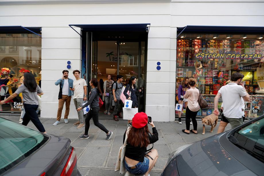 ef56376f2d93b Colette Concept Store  People leave the shop Colette