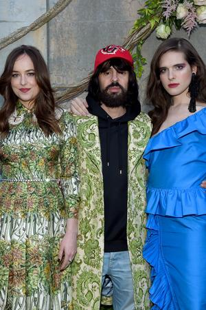 Konsum: Der Gucci-Designer Alessandro Michele mit der Schauspielerin Dakota Johnson, dem Model Hari Nef und der Künstlerin Petra Collins.