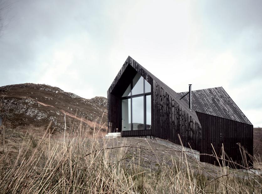 1 14 Schlicht Wie Eine Scheune Das Haus Steht Auf Einem Kargen Hugel In Den Schottischen Highlands Die Grossen Fenster Sorgen Fur Licht Und Aussicht