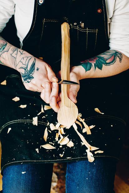 2/9 Nachdem Das Holz Mit Der Axt Grob Bearbeitet Worden Ist U2013 Man Kann Sie  Auch Zum Hobeln Einsetzen U2013, Folgen Die Feineren Ziehschnitte Mit Dem  Messer.