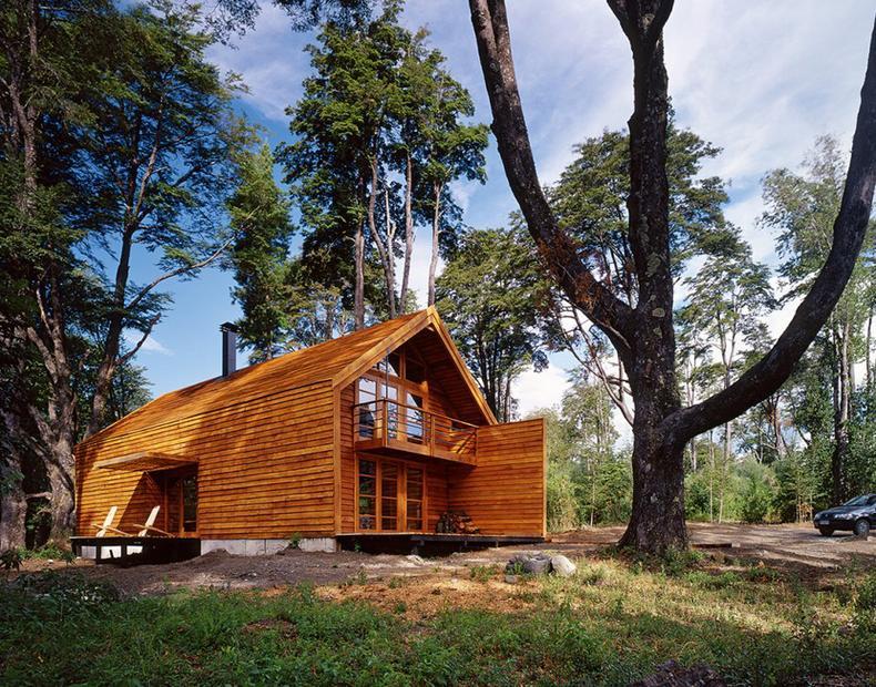 Und In Der Schlichten Form Mit Betonsockel Erkennt Man Die Inspirationsquelle Auch Schnell Das Haus Ist Innen Ebenfalls Komplett Holz Verkleidet