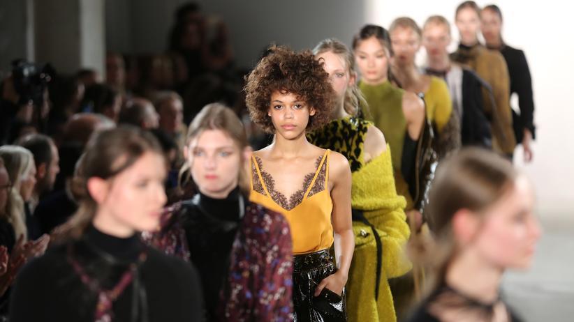 Die aktuelle Winterkollektion von Dorothee Schumacher, präsentiert vor einem Jahr – dieser Vorlauf ist üblich – während der Berlin Fashion Week im Kaufhaus Jandorf.