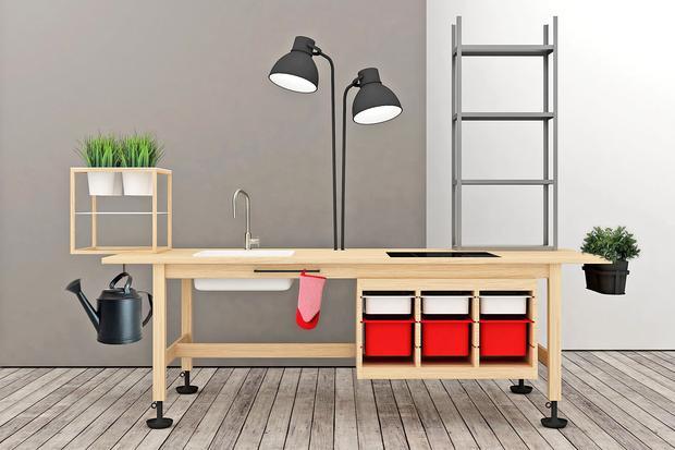 Nachruf auf Ingvar Kamprad: Die Designer Elia Maurizi und Francesco Pepa haben eine eigene Komposition von Ikea-Produkten geschaffen.