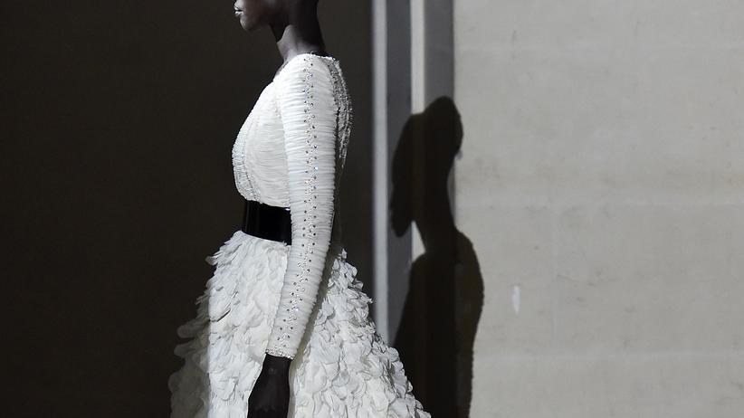 Hubert de Givenchy: Schlichte Eleganz, ganz in Weiß: Eine Reminiszenz an Hubert de Givenchys Vorlieben bei den Haute-Couture-Schauen im Januar 2018.
