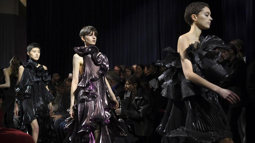 Hubert de Givenchy: Viel Schwarz, ein bisschen Rüsche – Claire Waight Keller entwirft ganz im Sinne des Gründers für das Haus Givenchy.