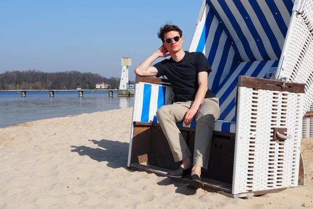 """Chinos: Die """"Bedfort Pant"""" von Polo Ralph Lauren (140 Euro) ist aus weichen Baumwoll-Twill mit drei Prozent Elasthan. Gemütlich genug für einen Tag im Strandbad Wannsee."""