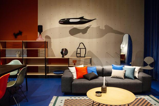 Mailänder Möbelmesse: MILAN, ITALY - APRIL 17: Furnitures on display at the Vitra display stand during the Salone Internazionale del Mobile at Fiera di Rho on April 17, 2018 in Milan, Italy. Every year, Salone and Fuorisalone define the Milan Design Week, the most important event in the world for design. With over 2.000 exhibitors, the Salone Internazionale del Mobile (Milan Furniture Fair) is the largest furniture fair in the world. Beside that, the Fuorisalone includes a set of 1.200 events distributed all over Milan. (Photo by Emanuele Cremaschi/Getty Images)