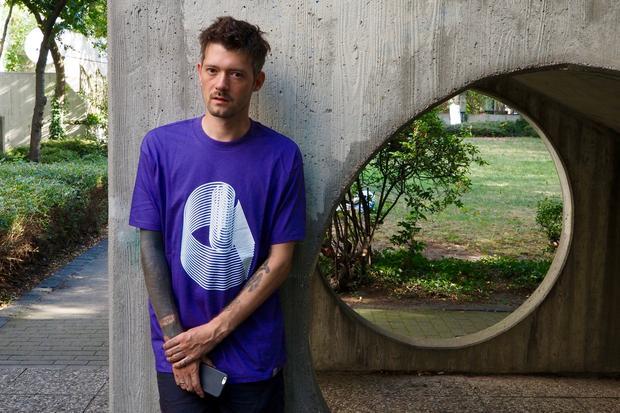 T-Shirt: Unser Model im Carhartt WIP (35 Euro) interessiert sich tatsächlich für Architektur und Zukunft und so Sachen.