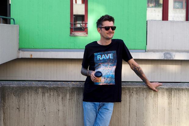 T-Shirt: Vom Dancefloor auf die Highdecks: Im T-Shirt von Hugo (70 Euro) ist immer Rave im Leben.