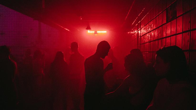 Clubs in Berlin nach Corona: Eng an eng tanzend, als gäbe es kein Virus
